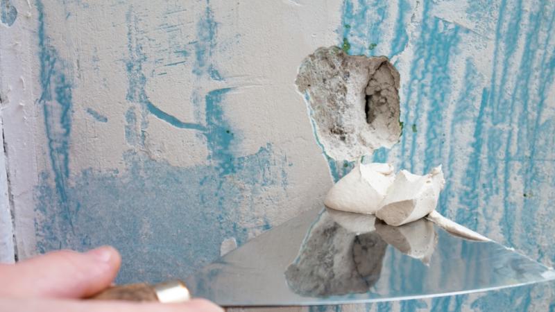 Löcher im Wandputz einach und schnell reparieren