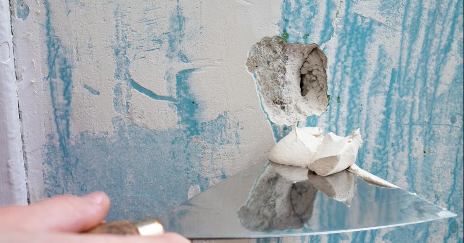 Kleine Löcher im Wandputz einfach und schnell reparieren