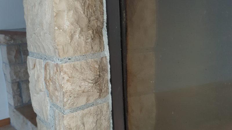 LAP ( Leichtsasbestplatte ) am Kamin, Fuge zwischen Mauerwerk und Rahmen.